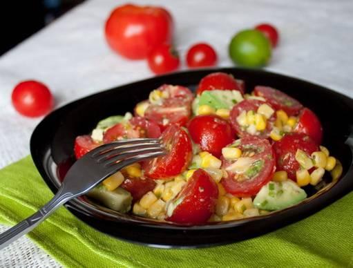 Салат из томатов, авокадо и перца с чесночной заправкой